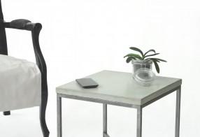 Table de chevet / bout de canapé en béton et acier, finition brute